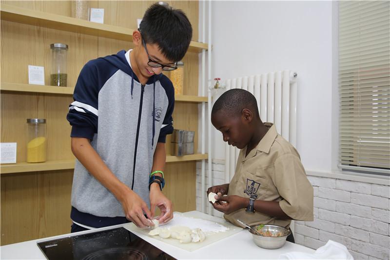 贊比亞來訪學生向我校學生學習包餃子.jpg