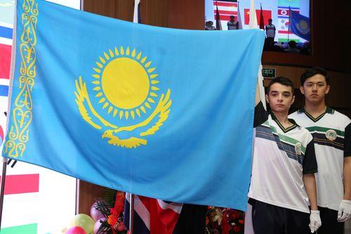 升哈萨克斯坦国旗-2015届留学生部毕业生圆满完成学业图片