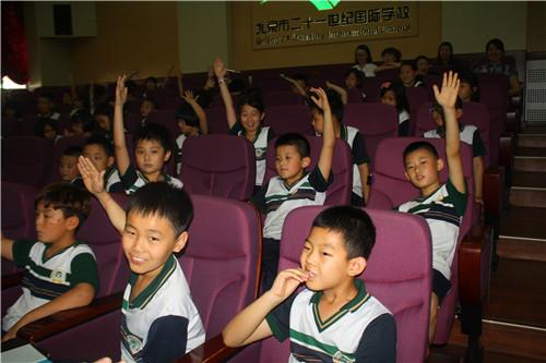 师的讲解生动、有趣   我校立志培和同学生养有中国灵魂、国际视野的