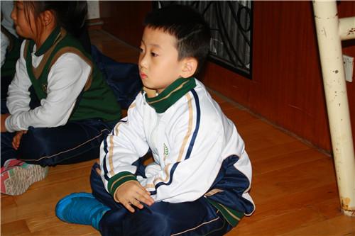 学生们坐姿端正-我是内务小能手 记小学部一年级内务比赛