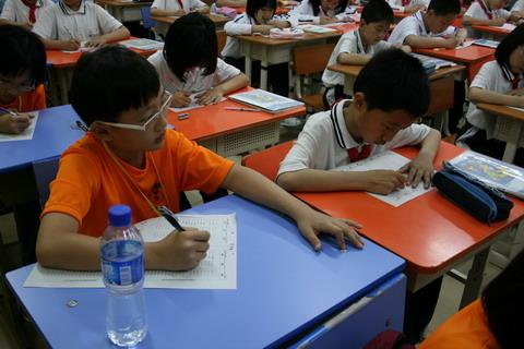 新加坡小学生文化交流团来访我校