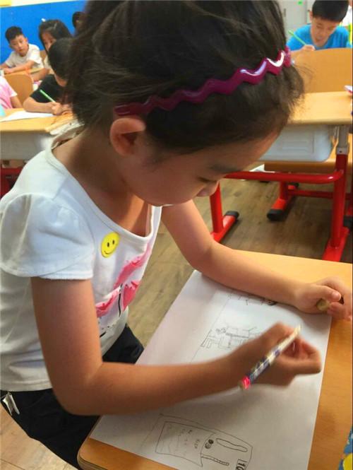 一手拉着箱包,在校园小志愿者的引导下,陆陆续续来到一年级的各个教室图片